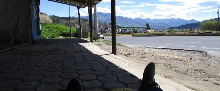 High life in Ecuador... Warten an der Bushaltestelle.