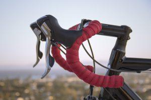 Rennrad mit rotem Lenker