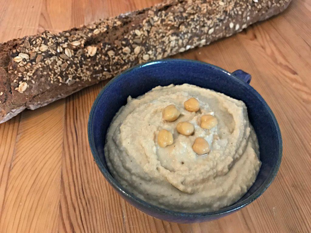 Selbstgemachter Hummus mit Baguette