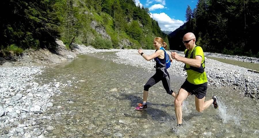 Flussdurchquerung auf einer Lauftour
