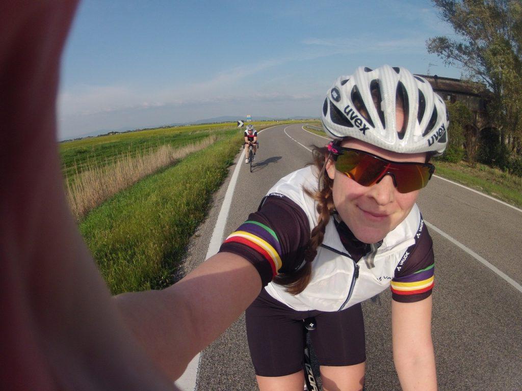 Triathletin Ann-Kathrin beim Rennradfahren.