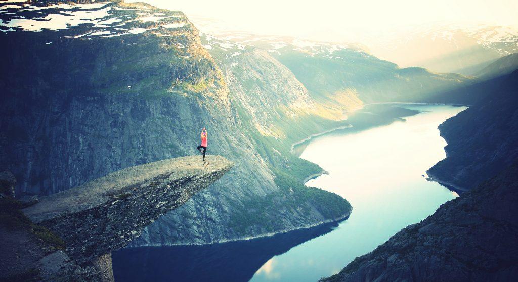 Yogahaltung auf einem Berg