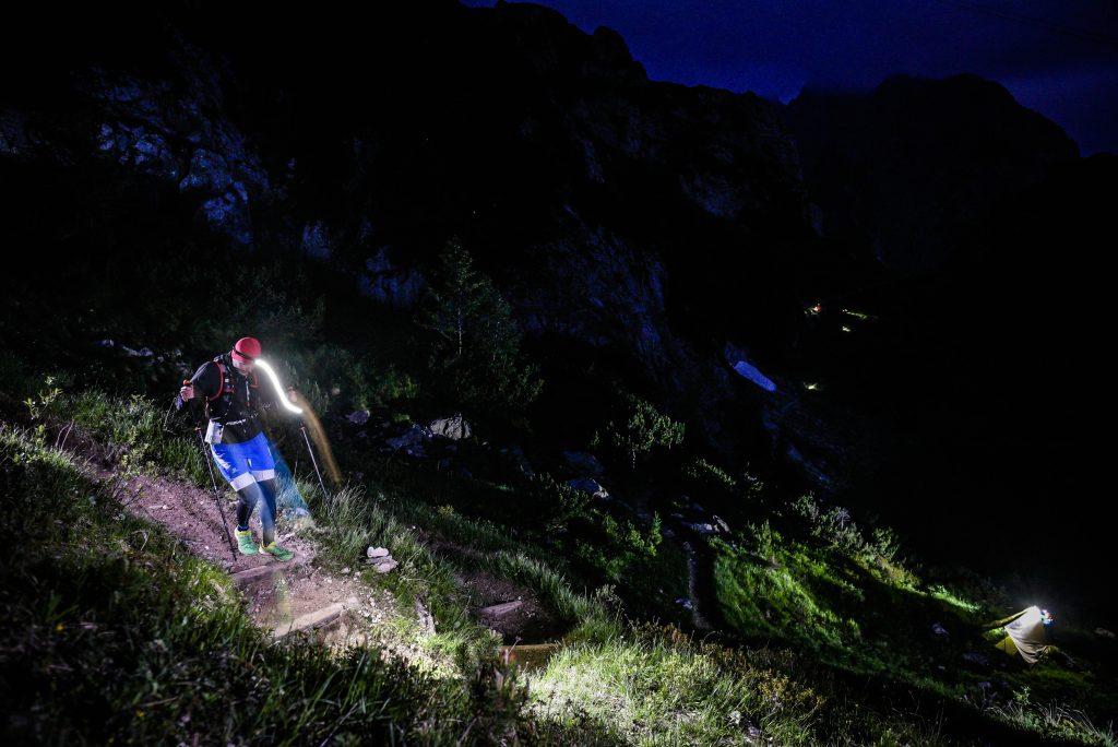 Trailrunning in den Bergen bei Nacht