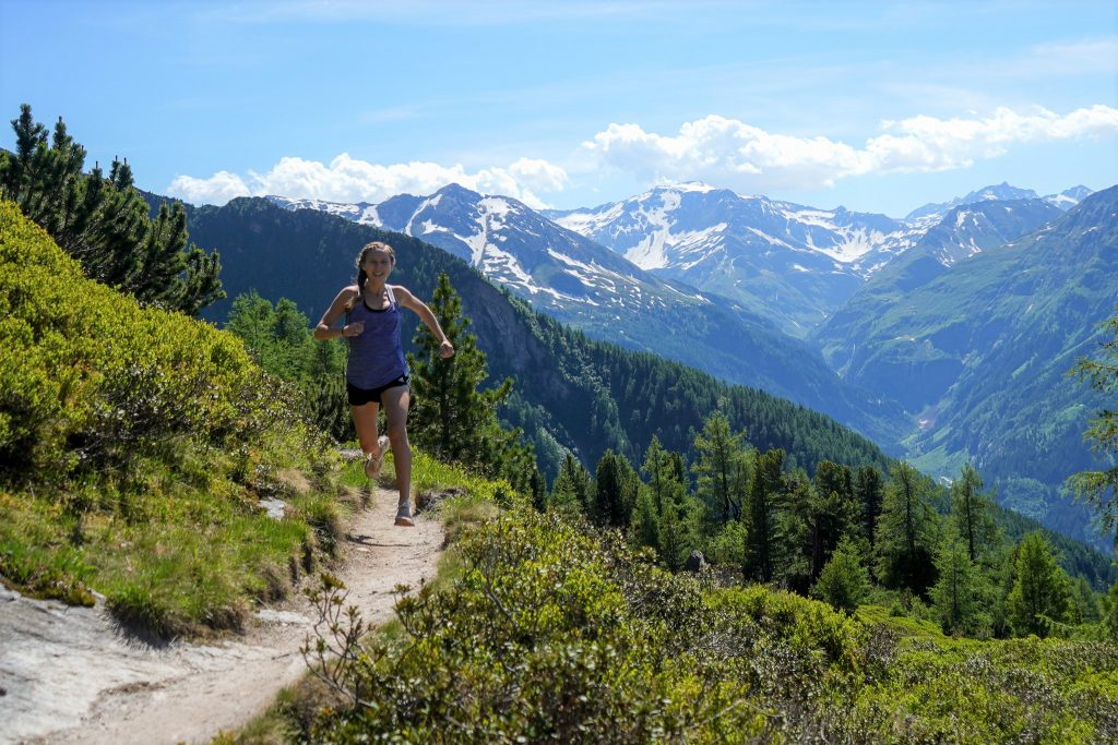 Krista Olson beim Trailrunning in den Bergen.