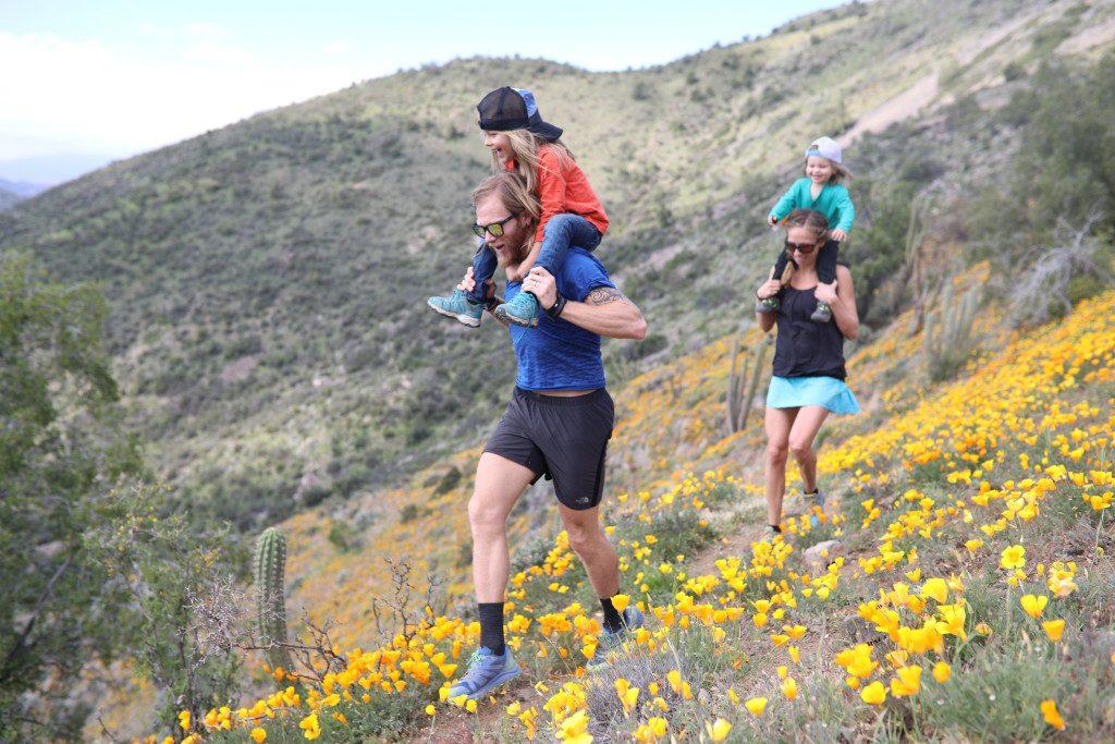 Krista und Timothy Olson mit ihren Söhnen in den Bergen.