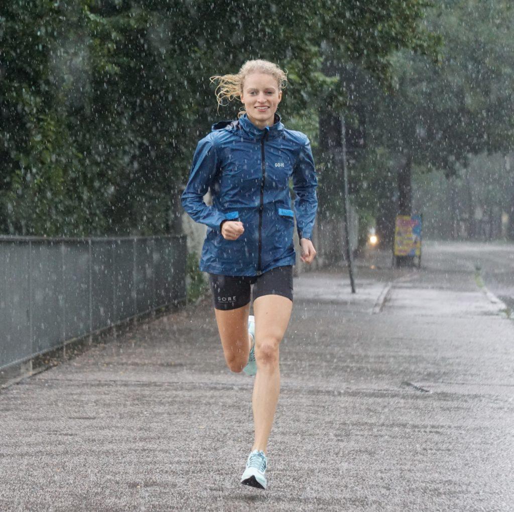 Thea Heim läuft auch im Regen.