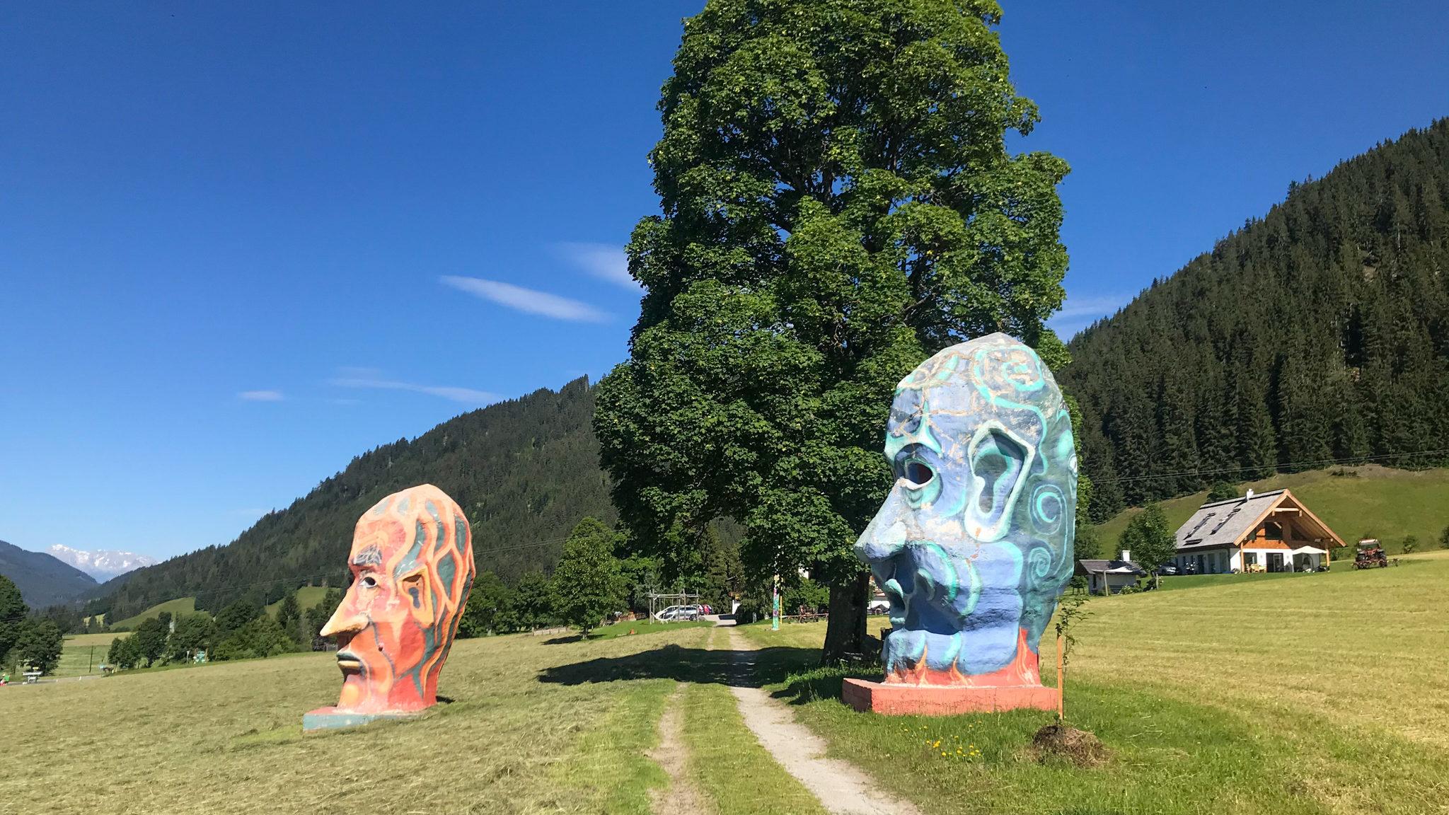 Skulpturen auf der Strecke des Ramsau Marathons