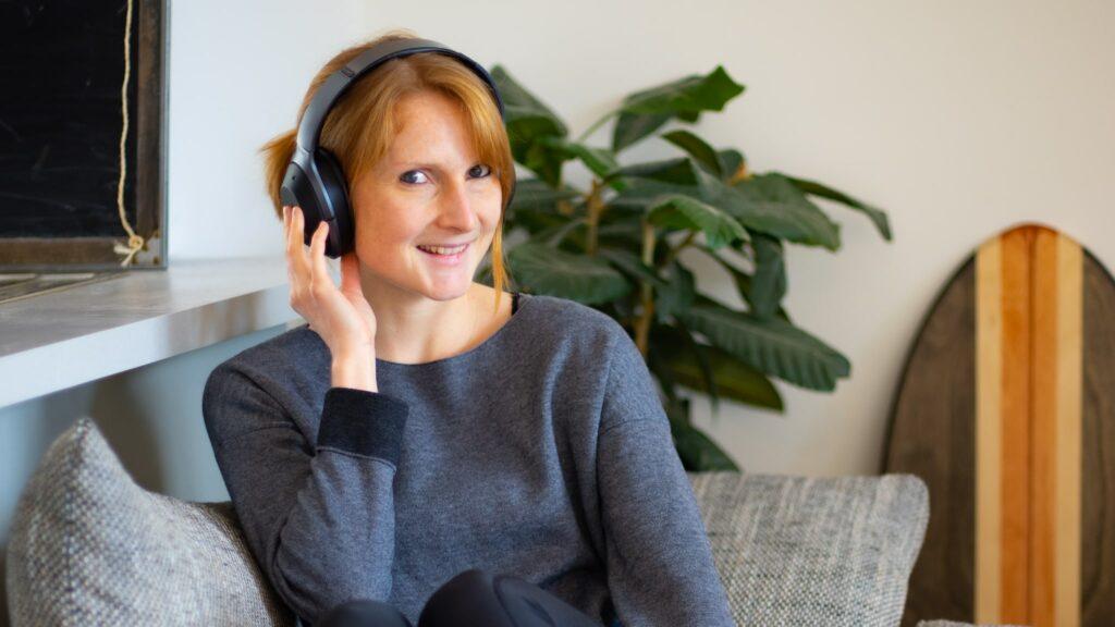 Podcast hören auf der Couch